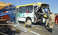 Transporte - Acidentes - Colisão entre ônibus e caminhão na BR 040, próximo ao Posto da Polícia Rodoviária Federal, Brasília/DF