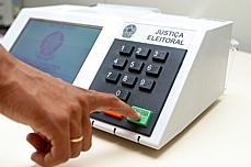 Política - Eleições - Eleitor votando na urna eletrônica
