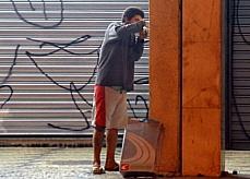 Segurança pública - Drogas - Menino fumando crack