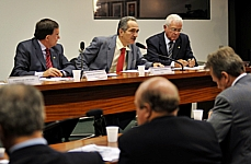 O relator do Código Florestal, Aldo Rebelo (C), está disposto a votar a proposta ainda em 2010, mesmo sendo ano eleitoral. Foto de Brizza Cavalcante, Agência Câmara de Notícias.