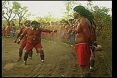 Índios dançam em ritual