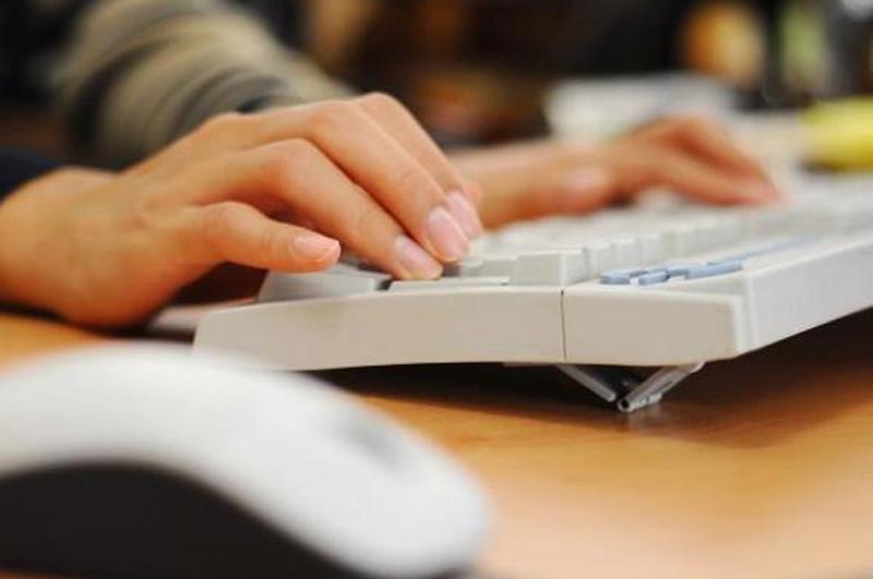 Comunicação - Internet - Computador - Mãos digitando - Mouse
