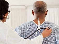 Saúde - Médicos - Médico examinando paciente