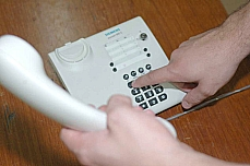 Comunicação - Telefonia - Pessoa discando - Telefone fixo