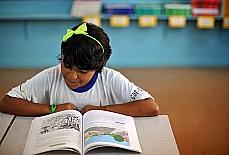 Educação - Sala de Aula - Aluno lendo livro