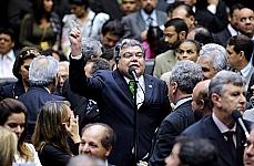 Dep. Sarney Filho (líder do PV) fala em meio aos deputados reunidos durante a votação em Plenário do novo Código Florestal
