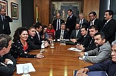 Presidente Marco Maia recebe representantes do movimento pela liberação da PEC 300 acompanhados de deputados