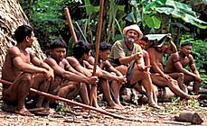 Sydney Possuelo sentado entre vários indígenas
