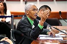 Domingos Dutra defende que programa garanta trabalho e educação aos presos.