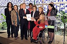 Presidente Marco Maia durante cerimônia de entrega do Plano de Ação do Programa Pró-equidade de Gênero e Raça da Câmara dos Deputados para a Secretaria de Políticas para as Mulheres da Presidência da República