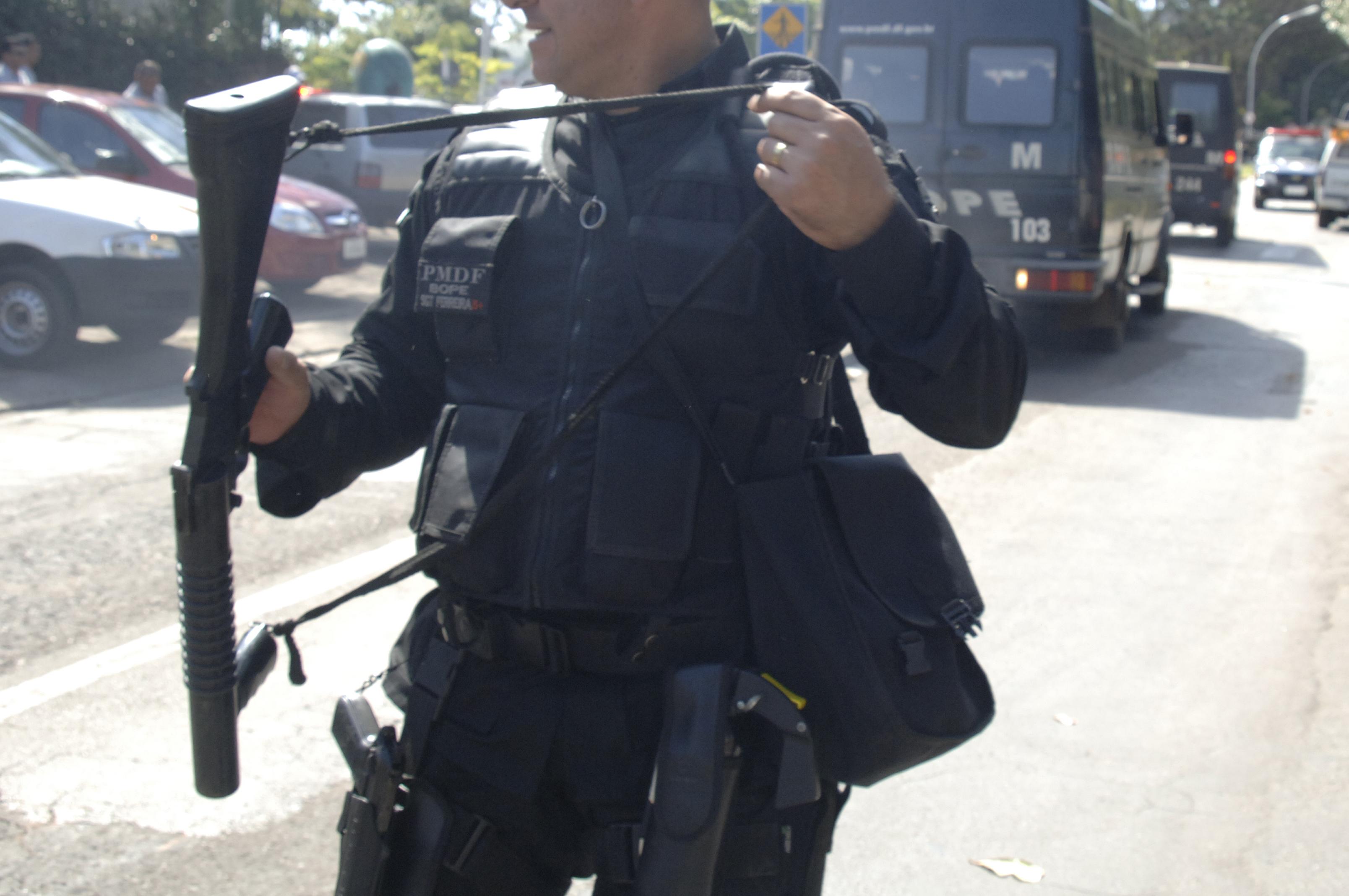 Segurança Pública - Policiais - Polícia Militar - Policial armado - Armas - Metralhadora