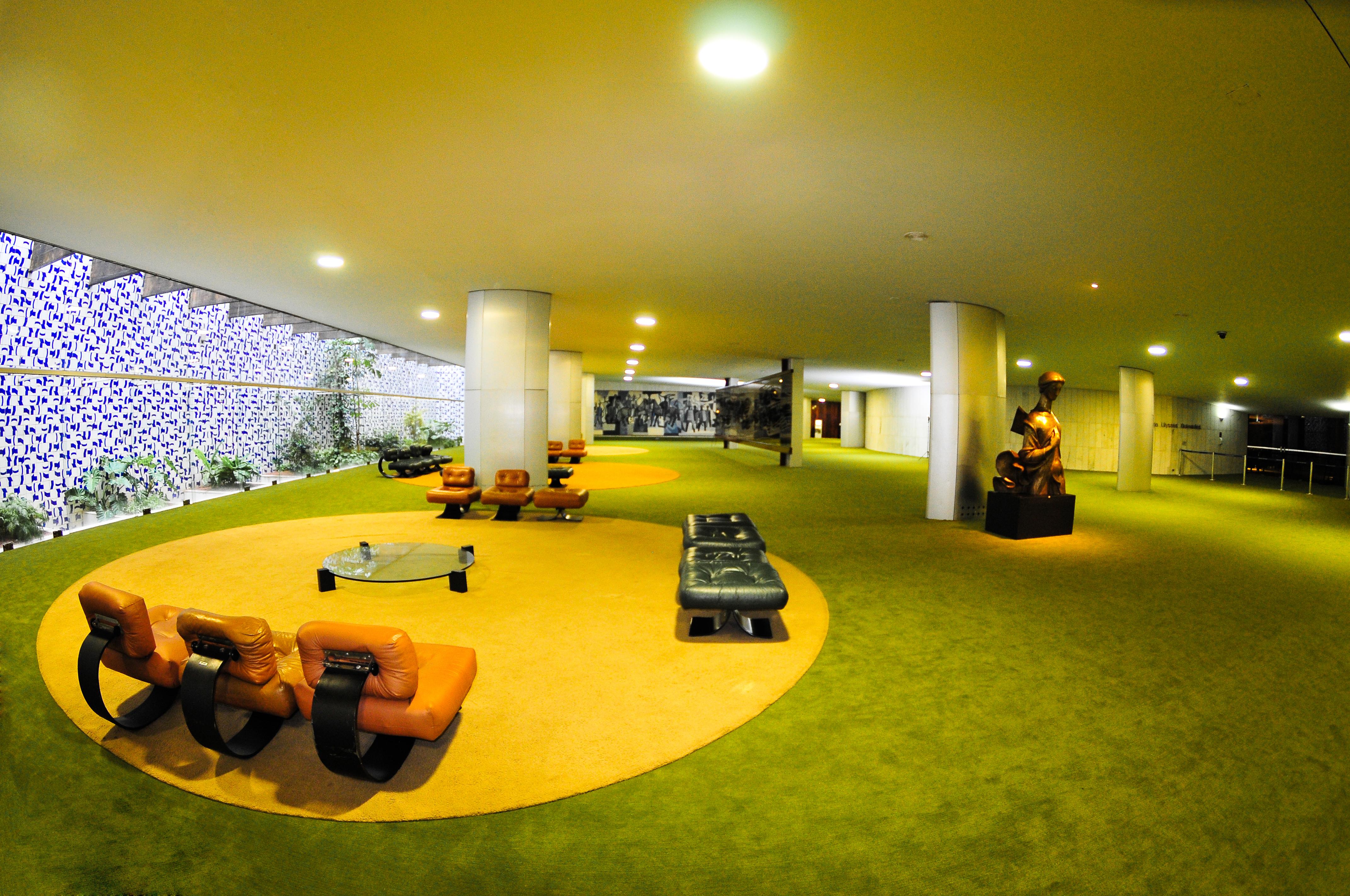 Salão Verde com obras de arte de Di Cavalcanti, Athos Bulcão, Alfredo Ceschiatti.