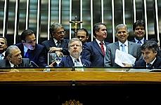 O Plenário aprovou o substitutivo do deputado Edinho Araújo (PMDB-SP) ao Projeto de Lei 5607/09, do deputado Hugo Leal (PSC-RJ), que dobra a multa por dirigir sob influência de álcool ou outras drogas que causam dependência. O valor passa de R$ 957,70 para R$ 1.915,40. O texto também permite o uso de fotos ou vídeos, além de testemunhos, para provar a embriaguez. A matéria será analisada ainda pelo Senado