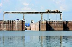 Trnsporte - Barcos e portos - Rios - Eclusa - As eclusas permitem a descida ou a subida de embarcações em trechos de desnível acentuado em riios