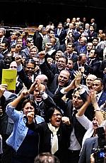 Parlamentares comemoram resultado da votação da PEC do Trabalho Escravo