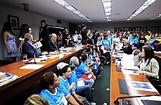 Apoiadores da causa do ensino especial para pessoas com deficiência lotaram o plenário da comissão