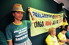 Manifestantes empunham faixa reivindicatória durante audiência pública sobre protesto a implementação em todo o País da Lei nº 11.738, de 16/7/2008, que estabelece o piso salarial do magistério público