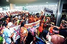 Índios fazem protesto nas dependências da Câmara