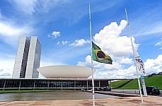 Bandeira a meio mastro em homenagem as vítimas de Santa Maria RS