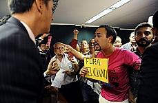 Manifestantes protestam contra a permanência do dep. Pr. Marco Feliciano (PSC-SP) na presidência da CDHM, durante Audiência Pública