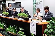 Seminário: Um ano de vigência do novo Código Florestal (Lei Federal 12.651/12): entraves, avanços, retrocessos?. Mesa (E/D): Diretor do Instituto de Pesquisa Ambiental da Amazônia (IPAM), Paulo Moutinho; ministro do Superior Tribunal de Justiça (STJ), Antonio Herman Benjamin; vice-presidente da CMADS, dep. Sarney Filho (PV-MA); coordenador adjunto do Programa Política e Direito Socioambiental do Instituto Socioambiental (ISA), Raul do Valle; superintendente de políticas públicas do WWF Brasil, Jean François Timmers