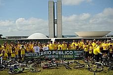 No dia 02/06 um passeio ciclístico reuniu centenas de pessoas em Brasília, em um ato de repúdio à PEC 37, que limita o poder de investigação criminal do Ministério Público.
