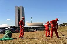 Funcionários fazem a limpeza em frente ao Congresso Nacional, após manifestação na noite de ontem