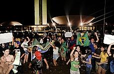 Grupo de jovens fazem protesto na Esplanada dos Ministérios