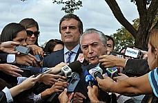 Ministro da justiça José Eduardo Cardozo e vice-presidente da República Michel Temer, concedem entrevista na saida do Palácio do Jaburu