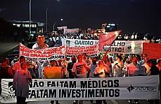 Manifestação - Cerca de 200 médicos protestam contra a