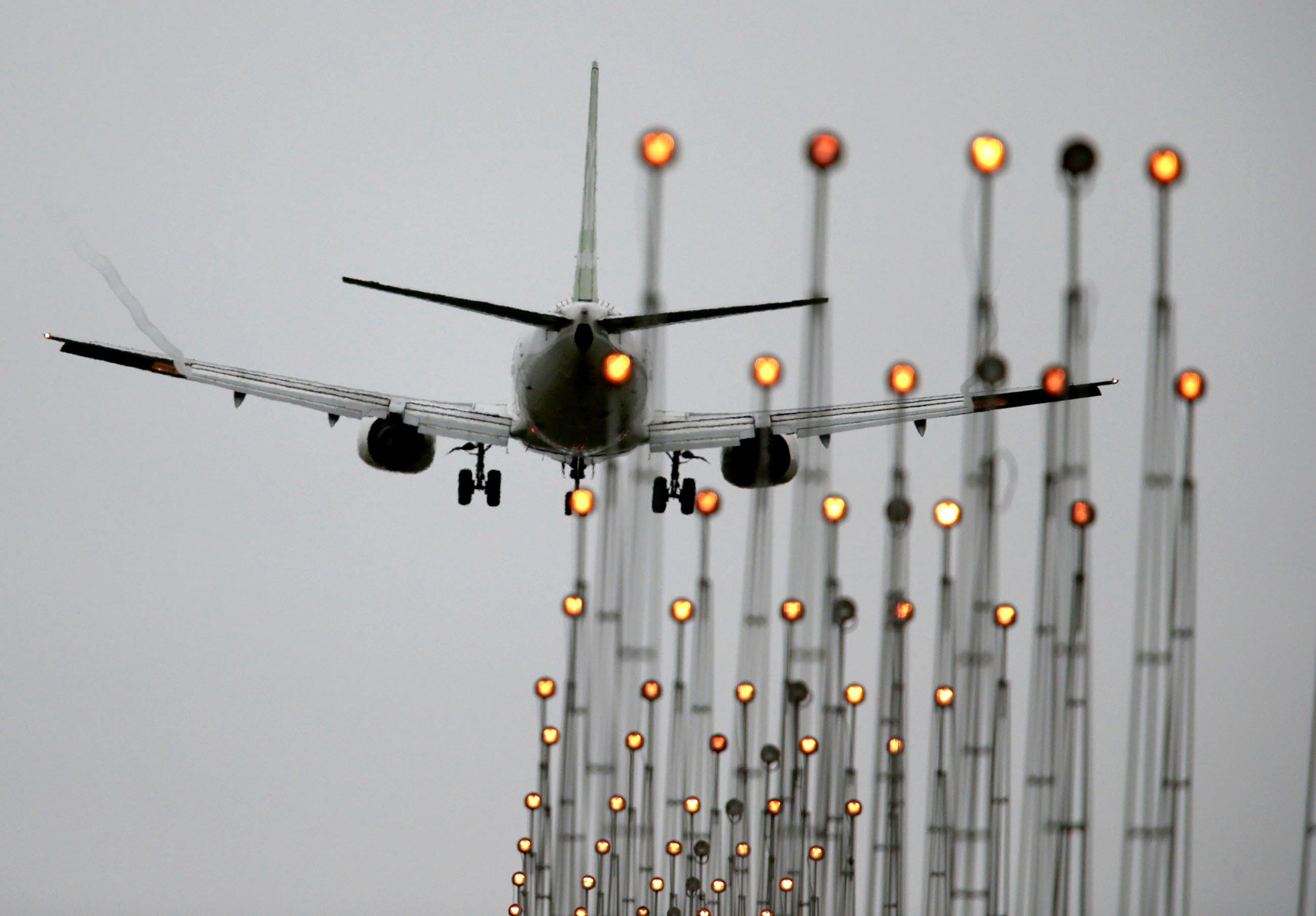 Transporte - aviação - avião voos aeroportos pousos decolagens