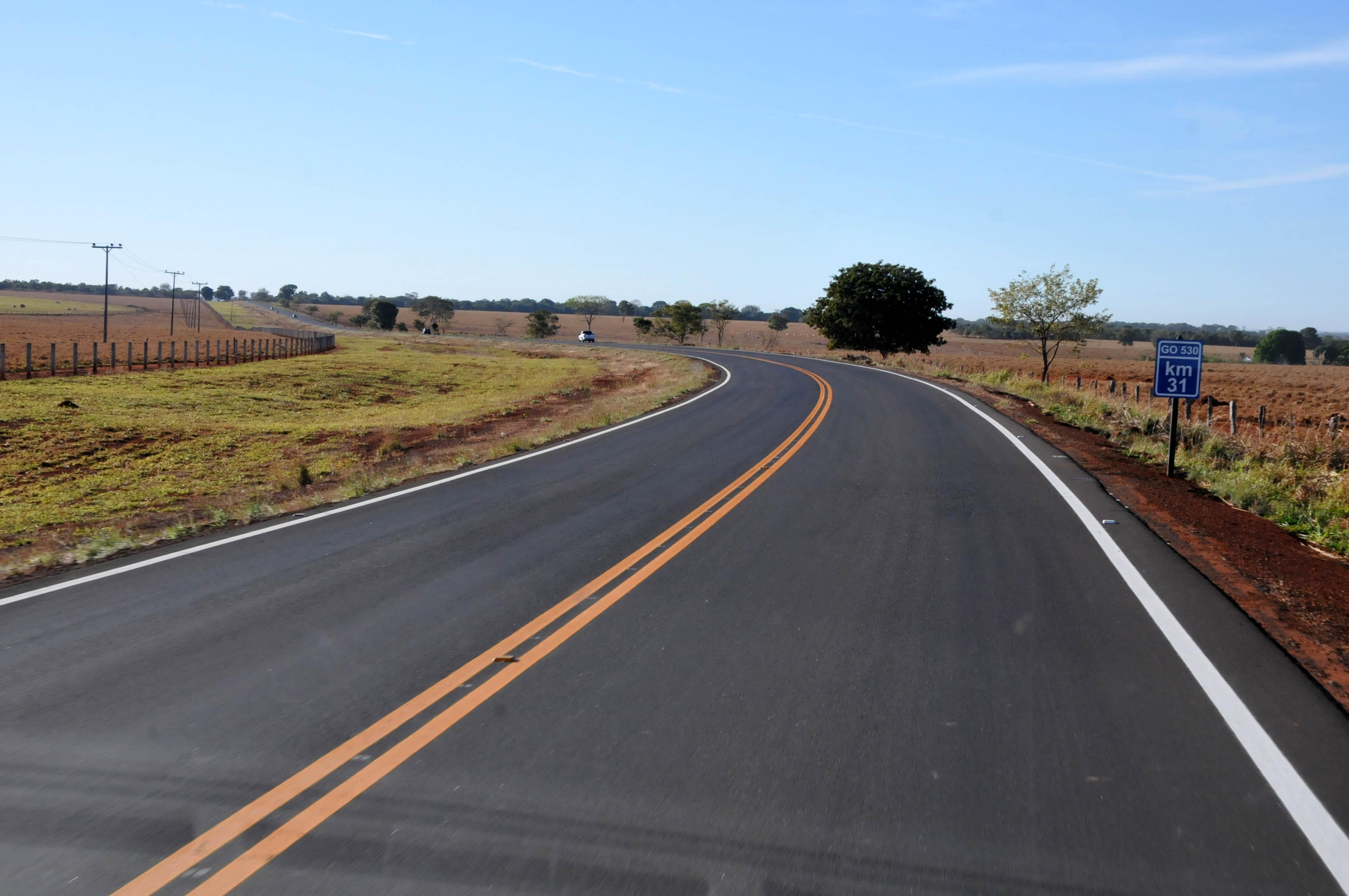 Transporte - estradas e ruas - rodovias duplicadas acostamentos mão dupla recapeamento