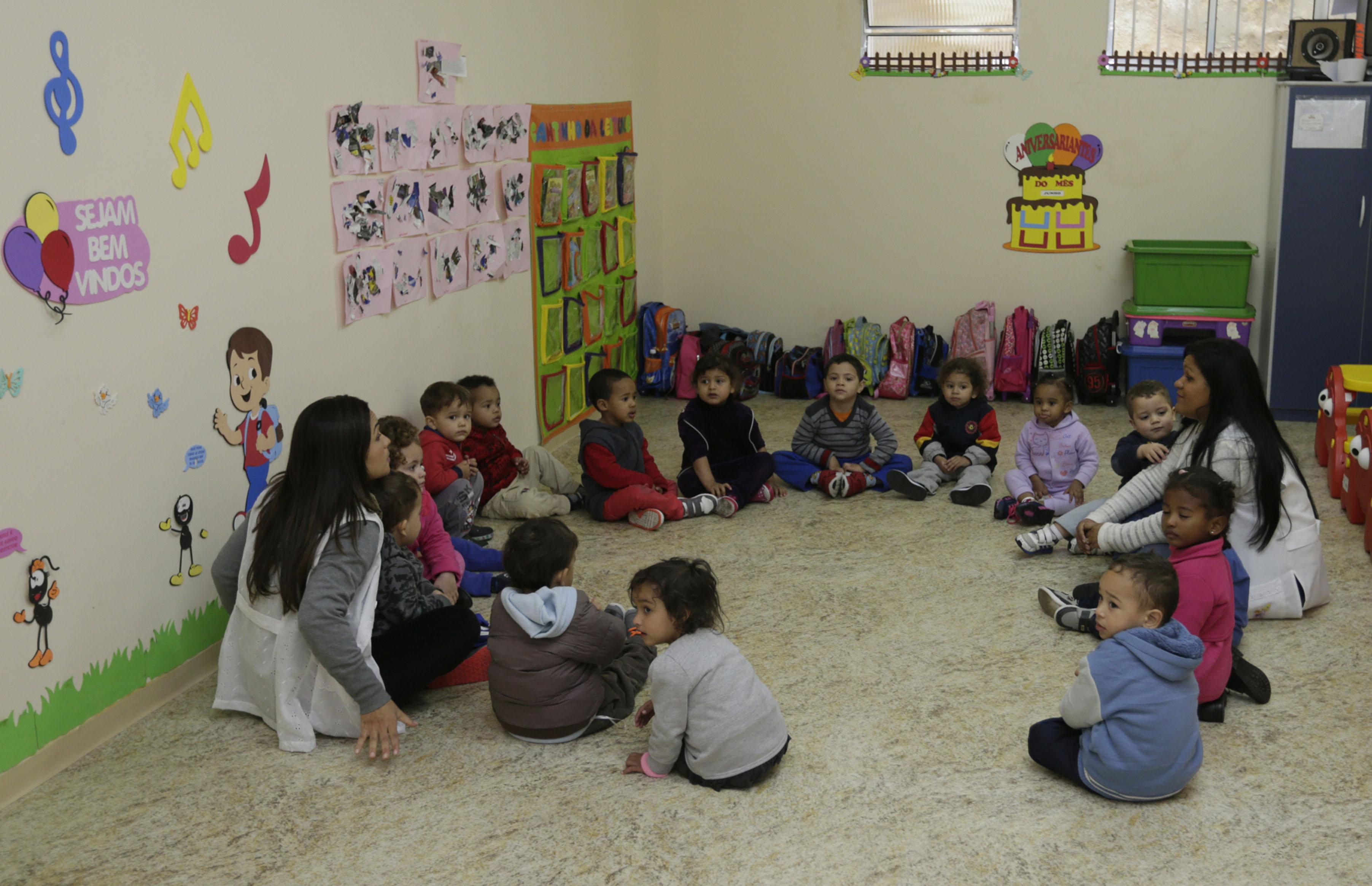 Educação - sala de aula - educação infantil berçário creches escolas infância professores pedagogia ensino socialização brincadeiras