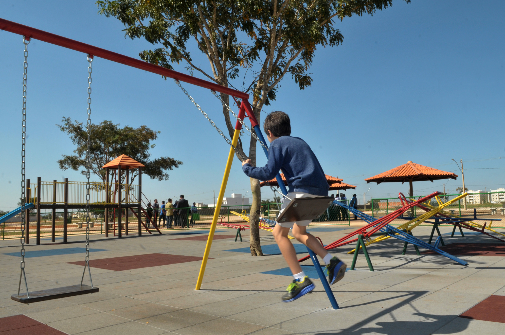 Direitos Humanos - criança - lazer parque infantil balanço solidão