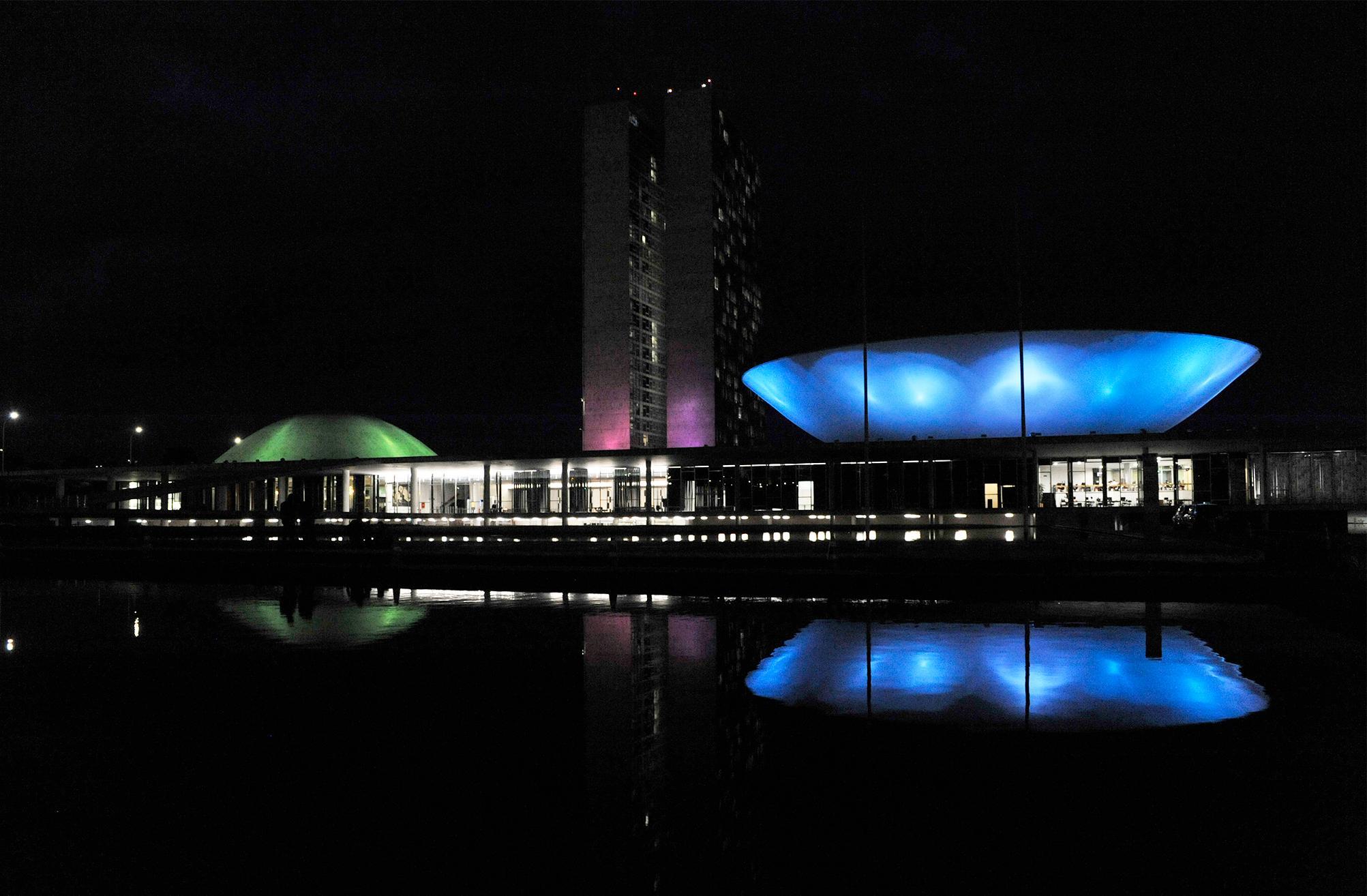 O Palácio do Congresso Nacional ganha iluminação especial para chamar a atenção para o Dia Mundial das Doenças Raras