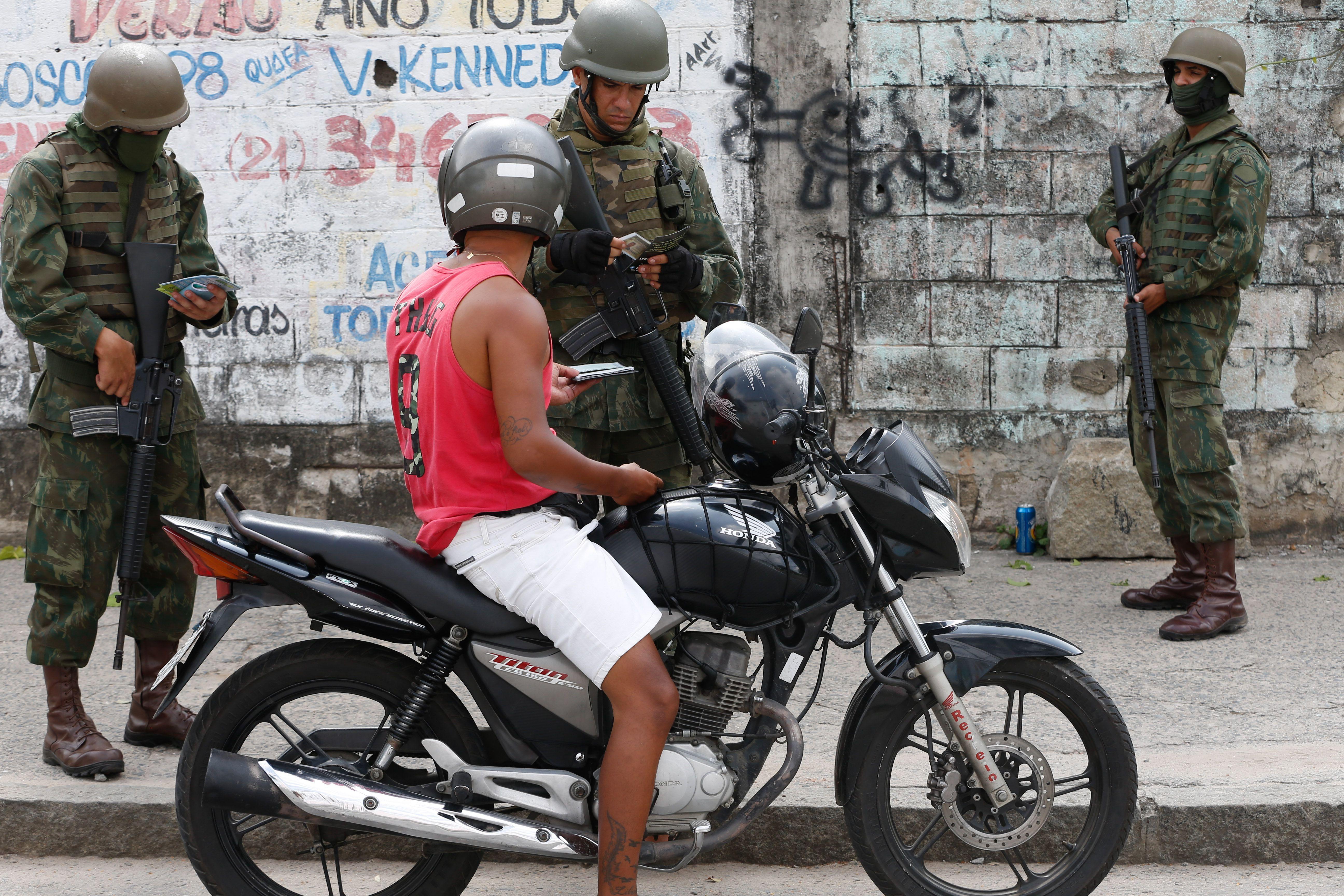Segurança - geral - intervenção federal Rio de Janeiro Exército favelas