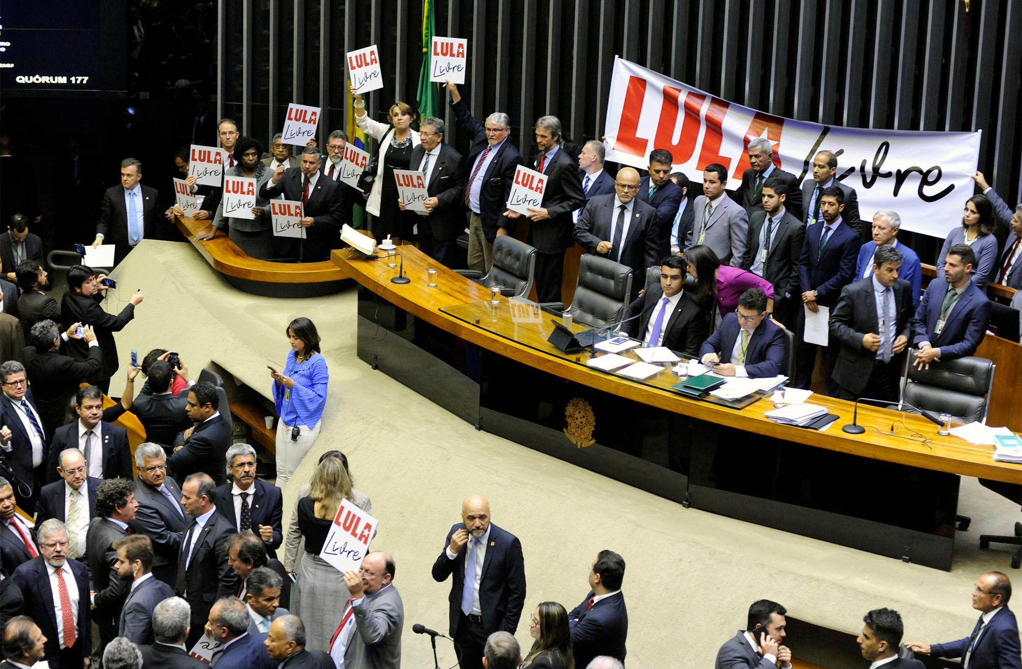 Deputados Pró-Lula protestam no plenário