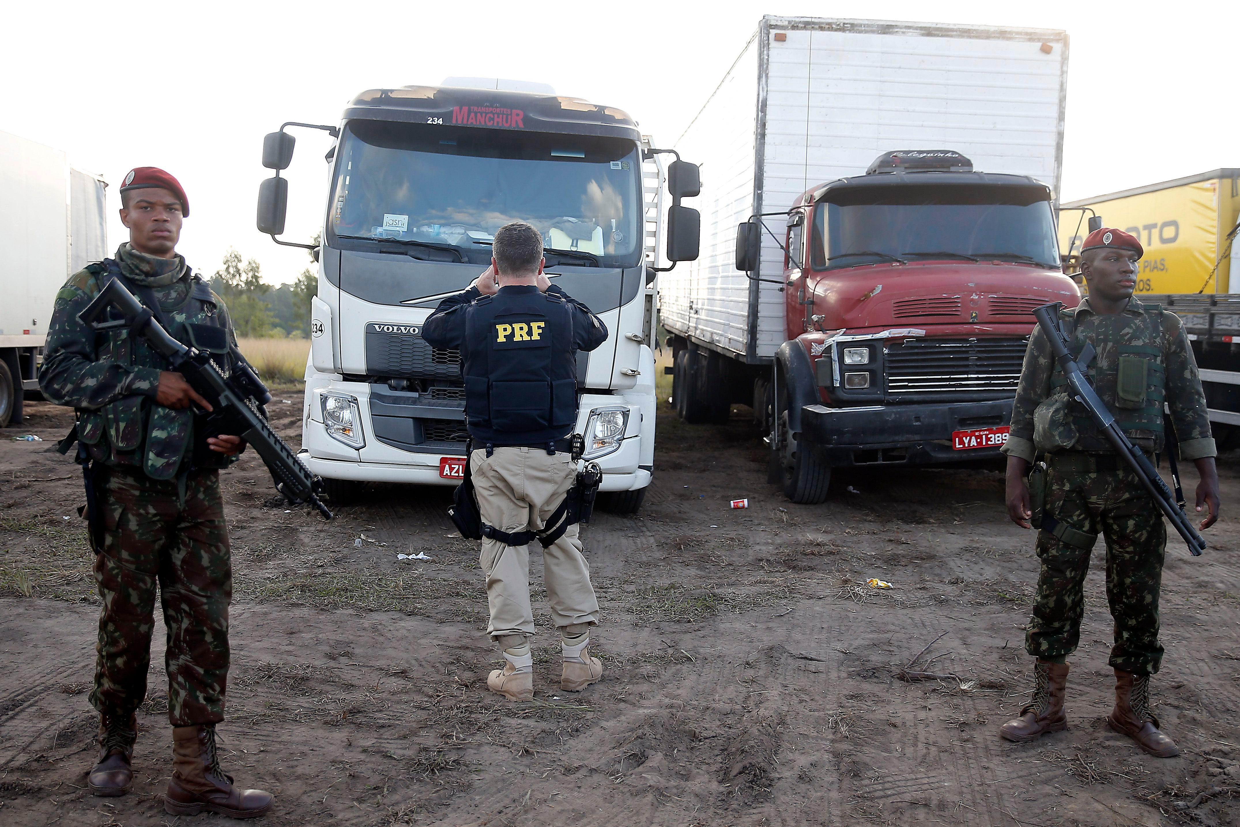 Agentes da Polícia Rodoviária Federal (PRF) começaram a identificar os caminhões parados fora das estradas e dos acostamentos na Rodovia Presidente Dutra