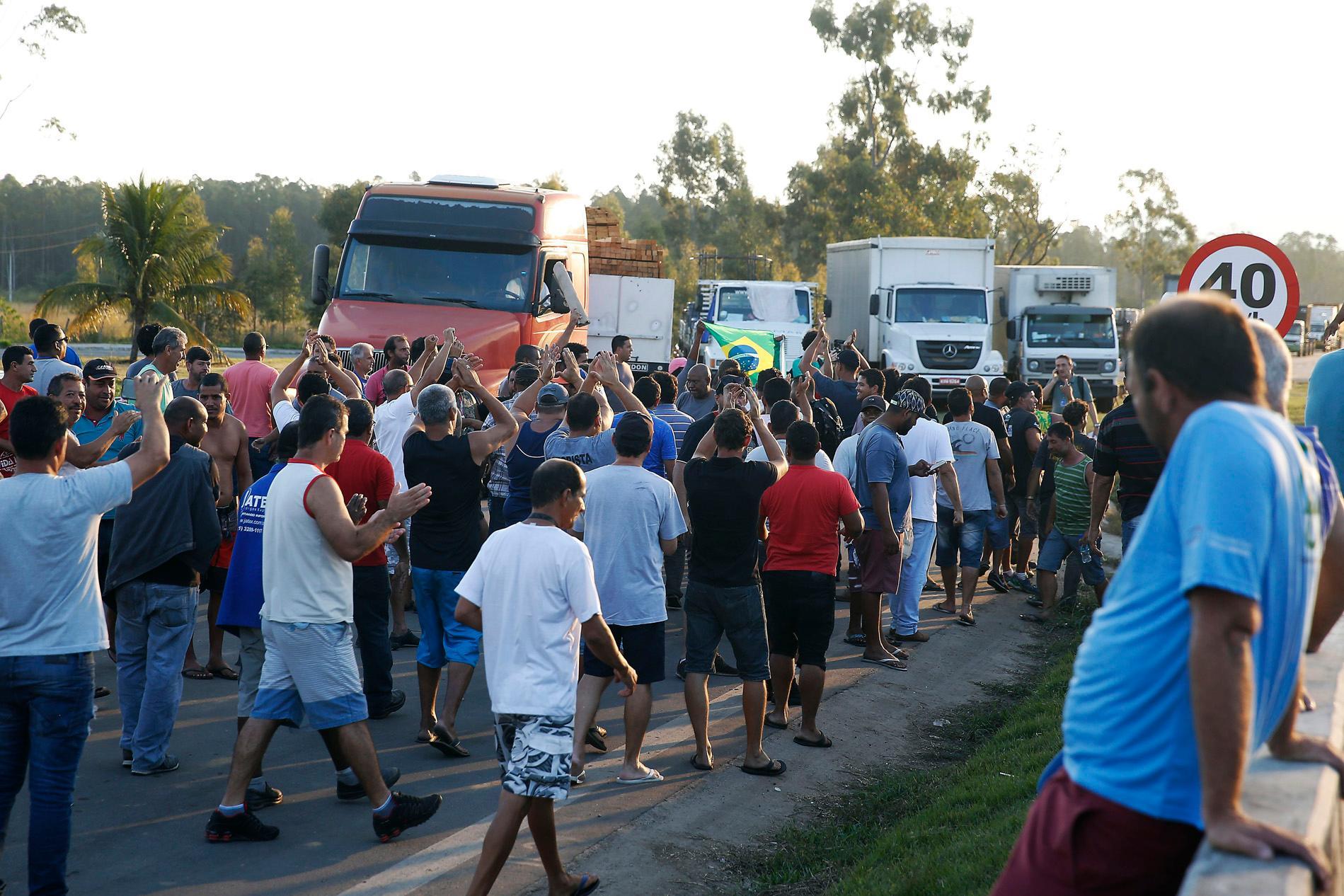Caminhoneiros protestam na Rodovia Presidente Dutra, em Seropédica, Rio de Janeiro