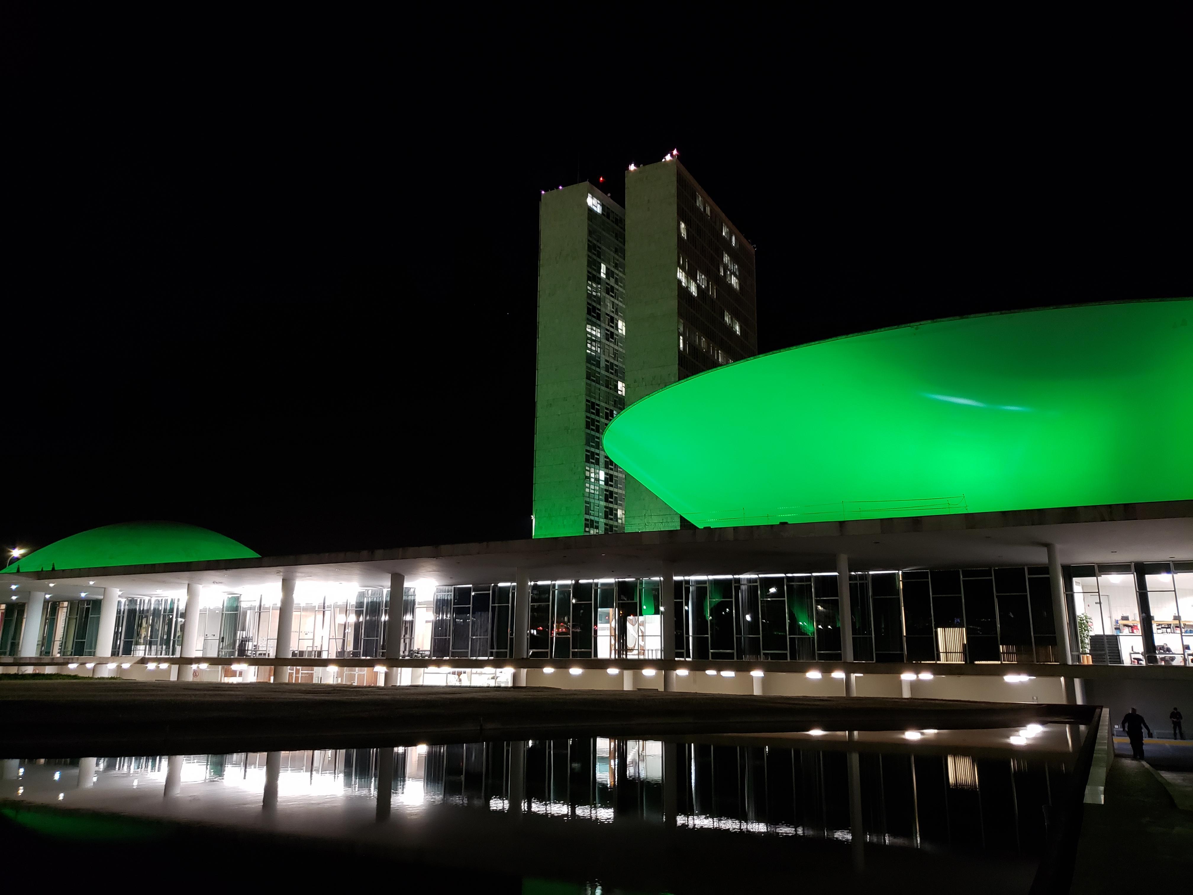 Congresso Nacional iluminado de verde em alerta para prevenção do câncer de cabeça e pescoço