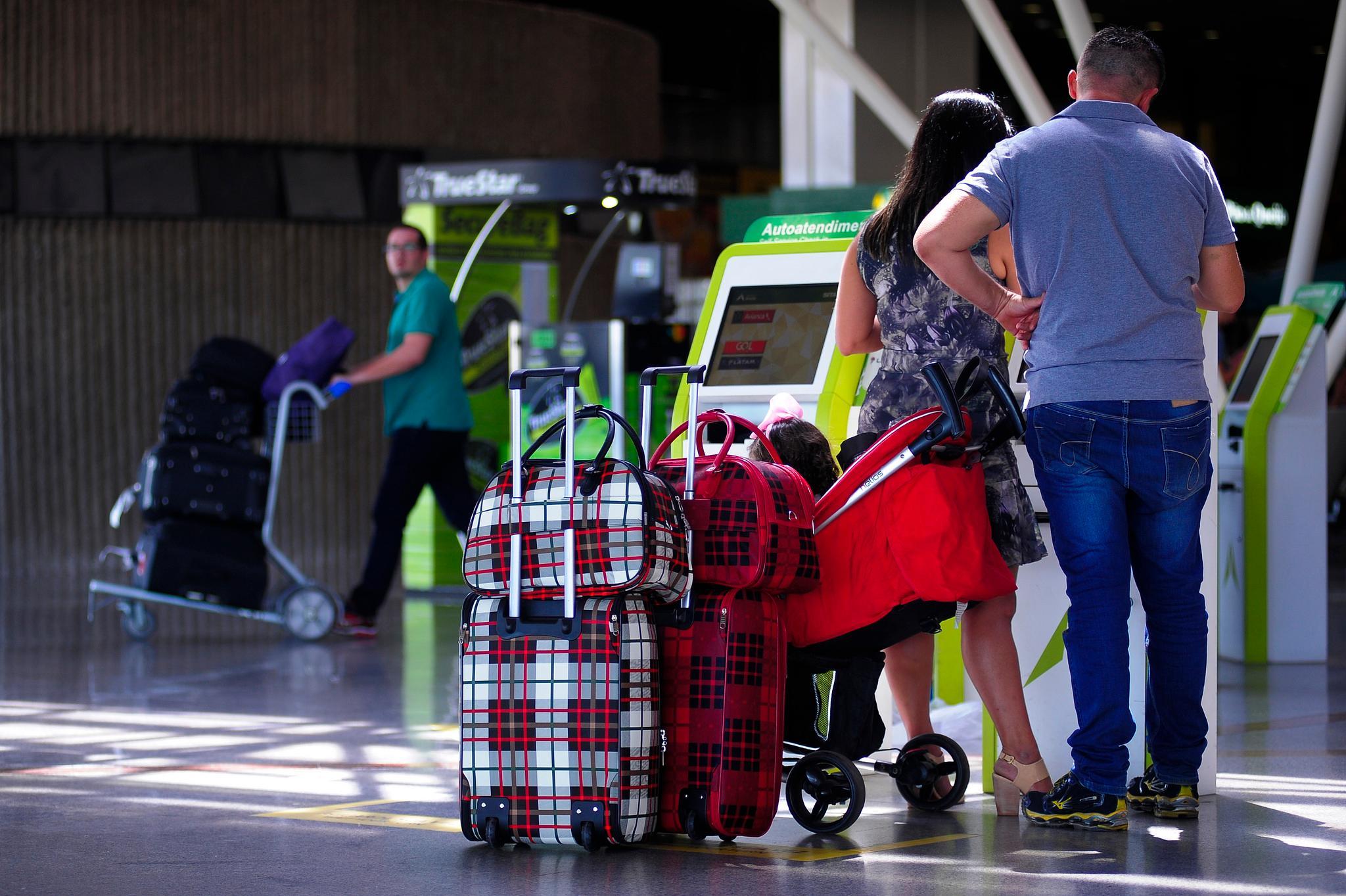 Aeroporto, malas e tripulação de avião