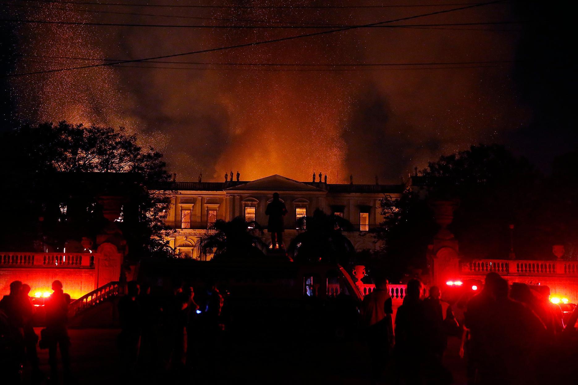 Um incêndio de proporções ainda incalculáveis atingiu, no começo da noite deste domingo (2), o Museu Nacional do Rio de Janeiro