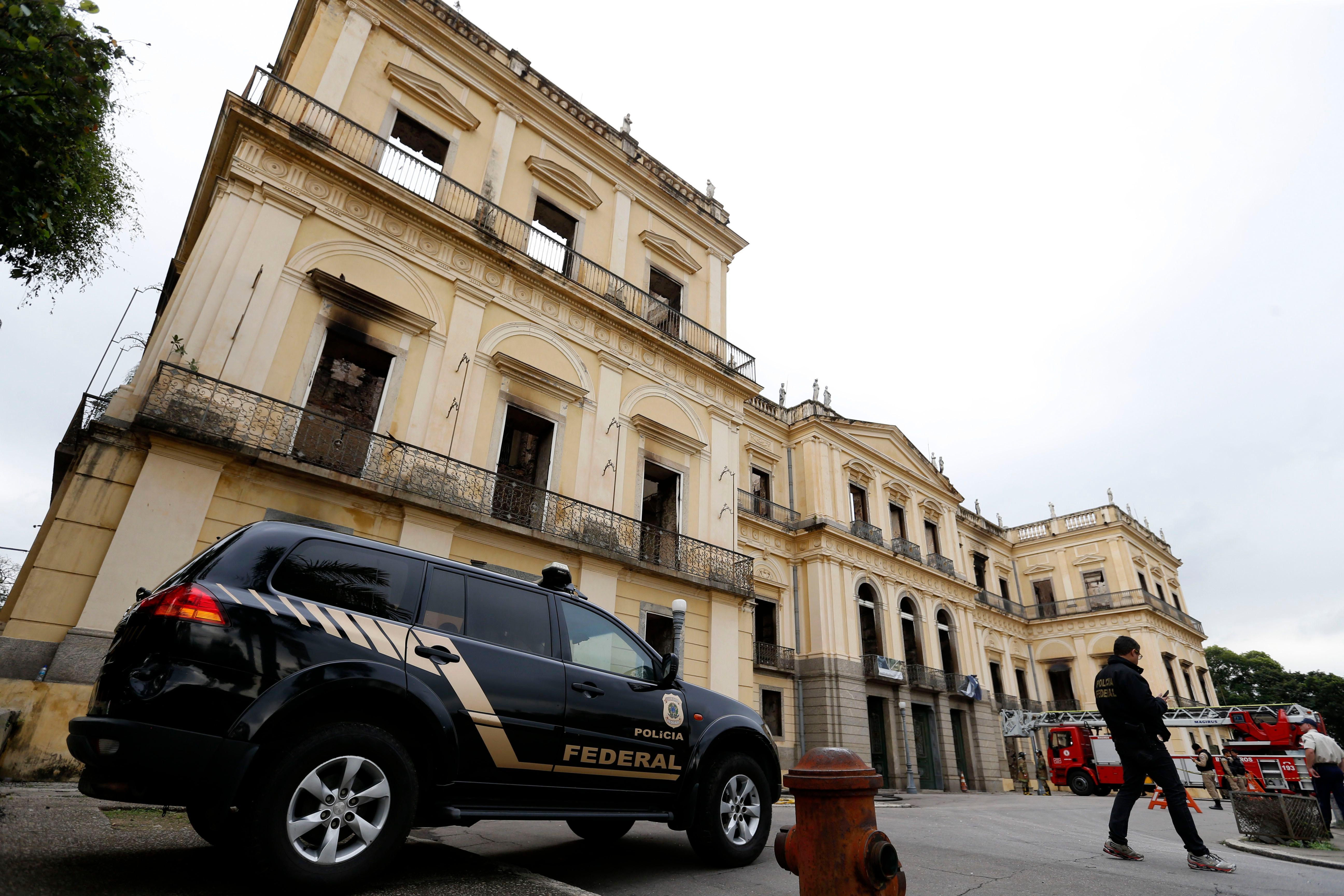 Museu Nacional do Rio de Janeiro interditado pela Defesa Civil após ter sido destruído por um incêndio