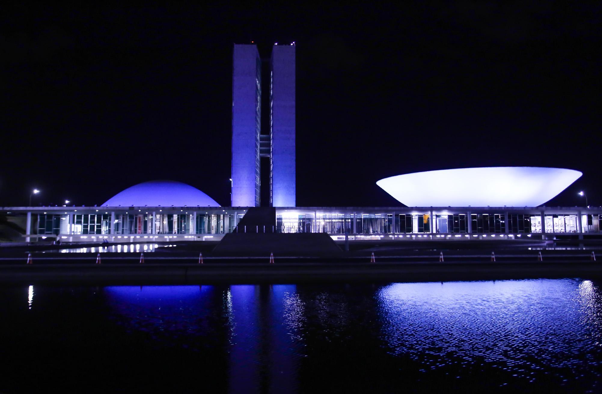As cúpulas do Senado Federal e da Câmara dos Deputados estarão iluminadas na cor azul, de 10 a 15 de setembro, em referência ao Mês da Conscientização Internacional da Charcot-Marie-Tooth, doença degenerativa que afeta o sistema nervoso. A solicitação para essa iluminação foi feita pelos gabinetes do presidente da Câmara dos Deputados, Rodrigo Maia (DEM-RJ), e da deputada federal Mara Gabrilli (PSDB-SP)