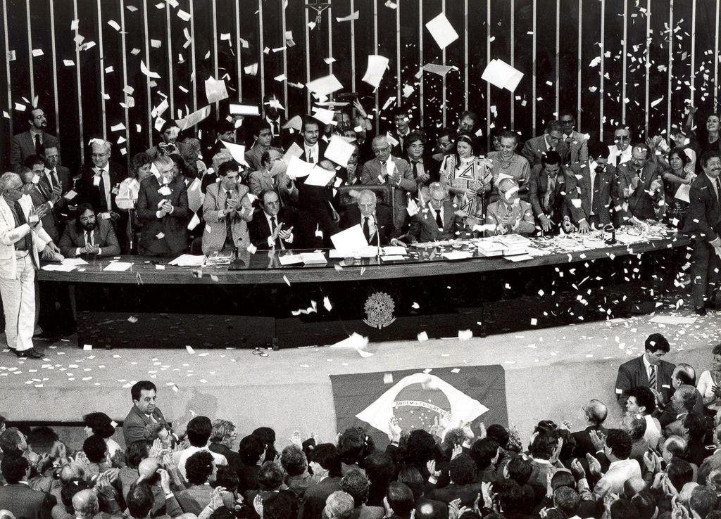 História do Brasil - Promulgação Constituição Federal de 1988 Ulysses Guimarães discursa no encerramento da Assembleia Constituinte
