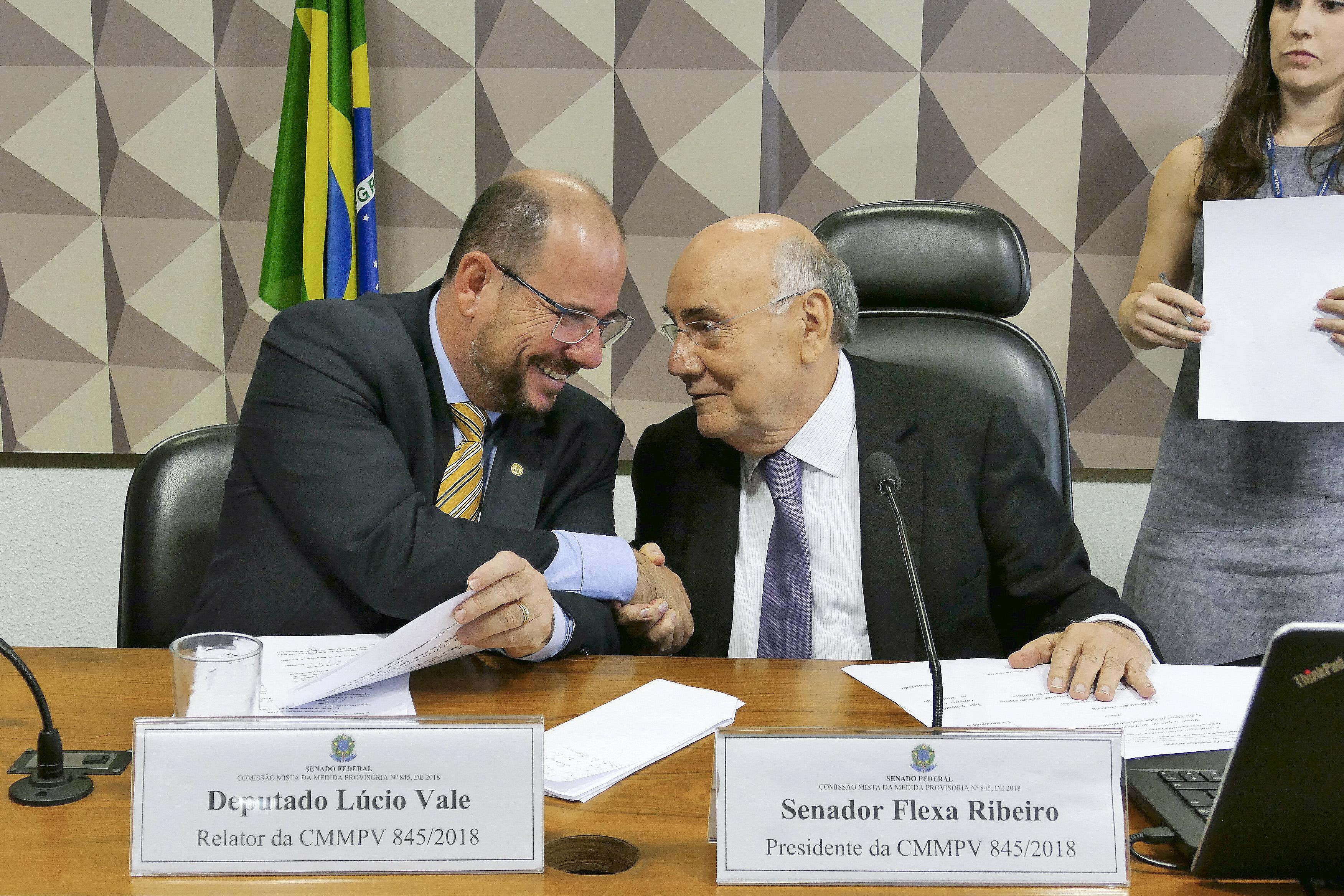 Comissão Mista da Medida Provisória 845/18, que institui o Fundo Nacional de Desenvolvimento Ferroviário. Relator da MP, deputado Lúcio Vale; e presidente da comissão, senador Flexa Ribeiro.