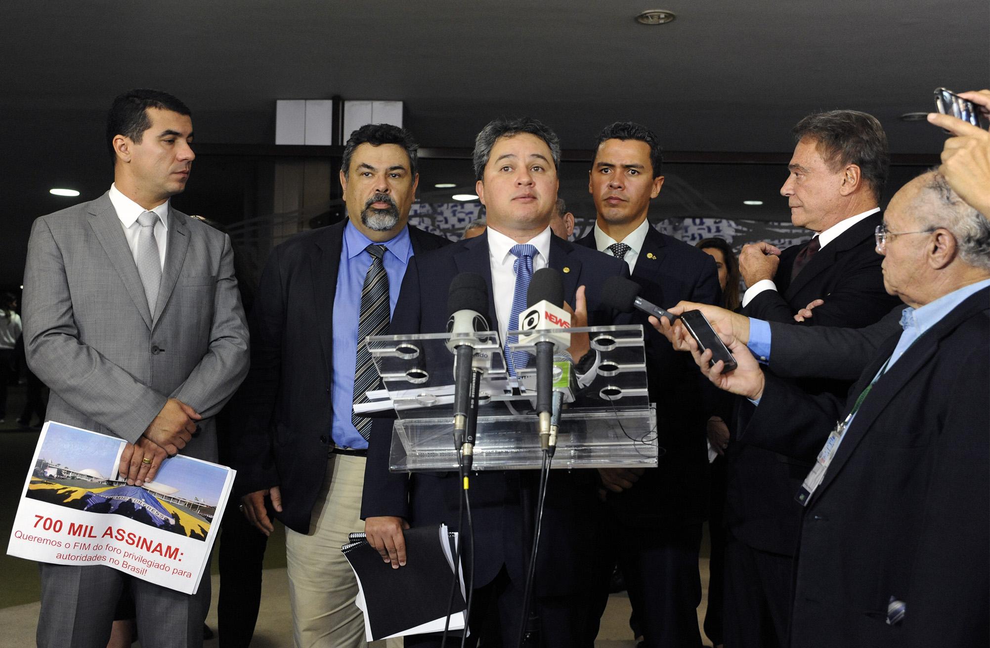 Entrega para senadores e deputados um abaixo assinado com mais de 700 mil assinaturas pedindo a aprovação da PEC 10/2013, que acaba com o foro privilegiado para autoridades. Dep. Efraim Filho (DEM - PB)