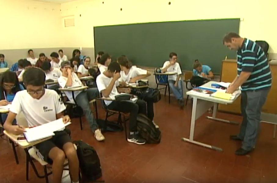 Educação - sala de aula - professores alunos estudantes jovens adolescentes ensino médio aprendizagem escolas