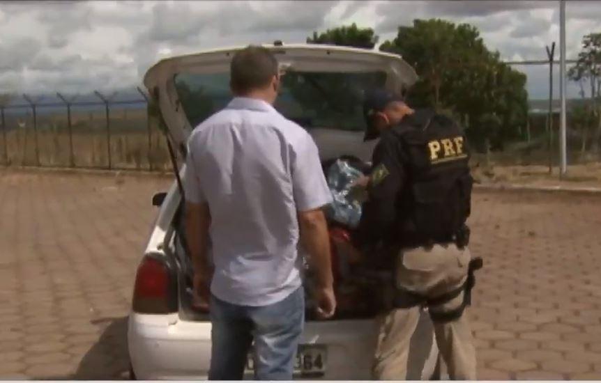 Segurança - policiais - Polícia Rodoviária Federal  blitz revista porta-malas combate drogas armas tráfico fiscalização