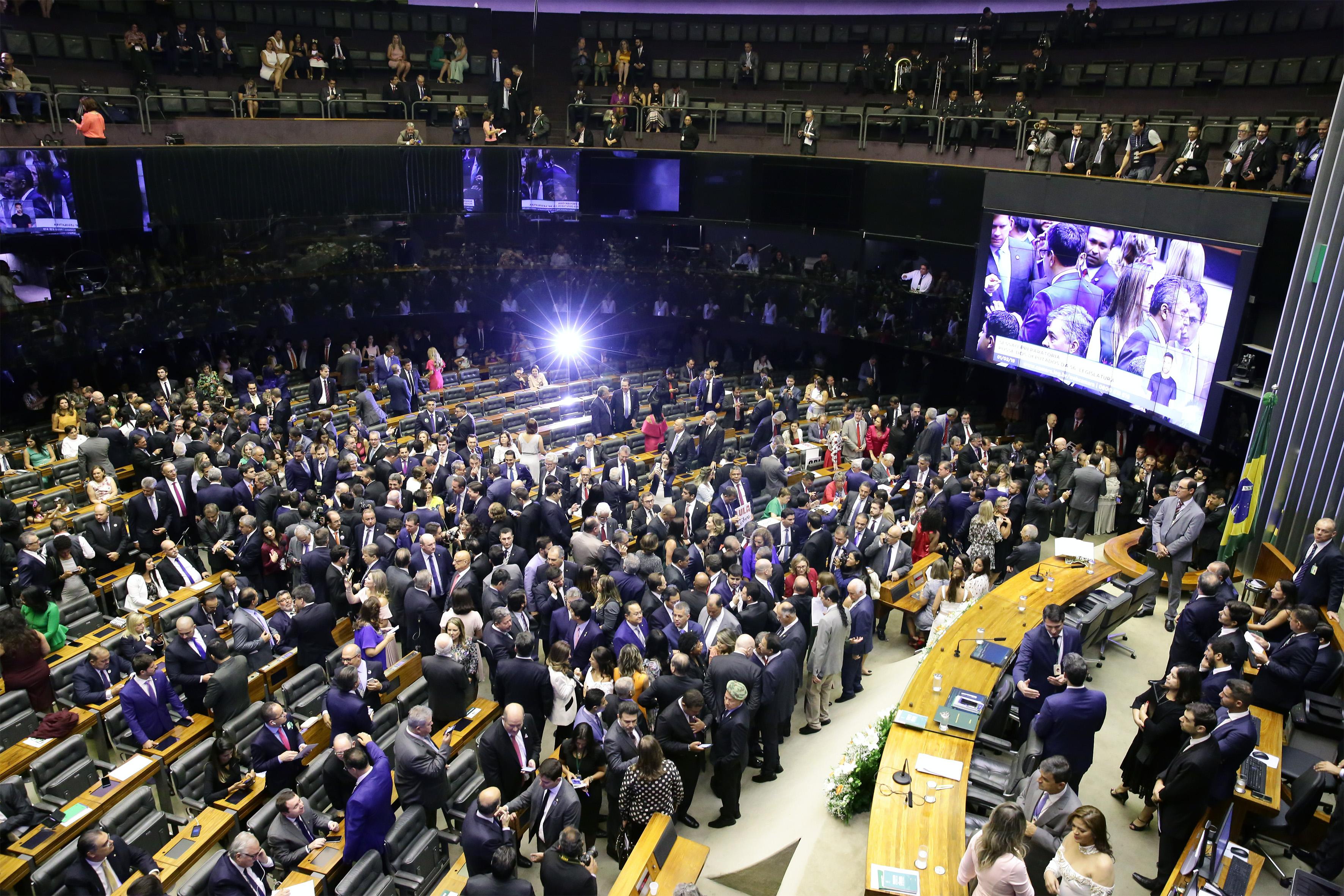 Deputados chegam ao plenário para a cerimônia de posse